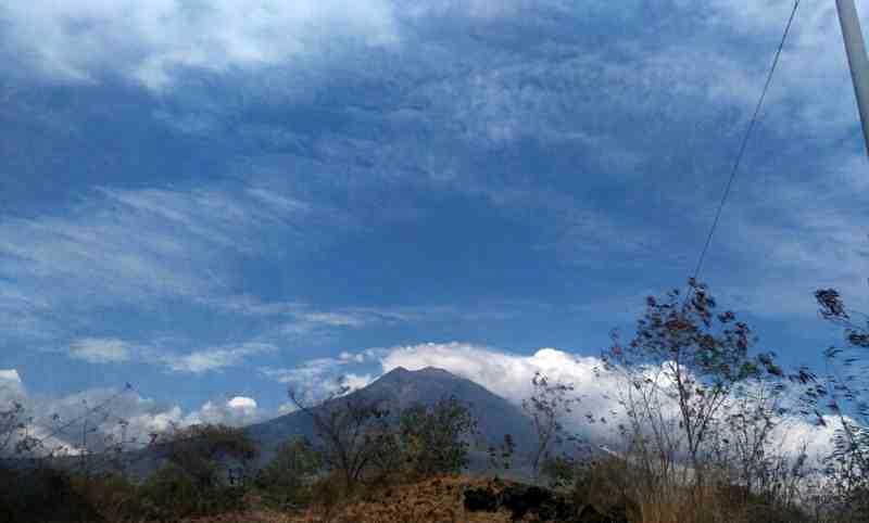 Puncak Gunung Agung Mulai Keluarkan Asap Tipis