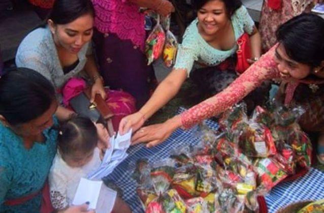 Madagang-dagangan dalam Otonan Pertama adalah Simbol Anugerah Profesi